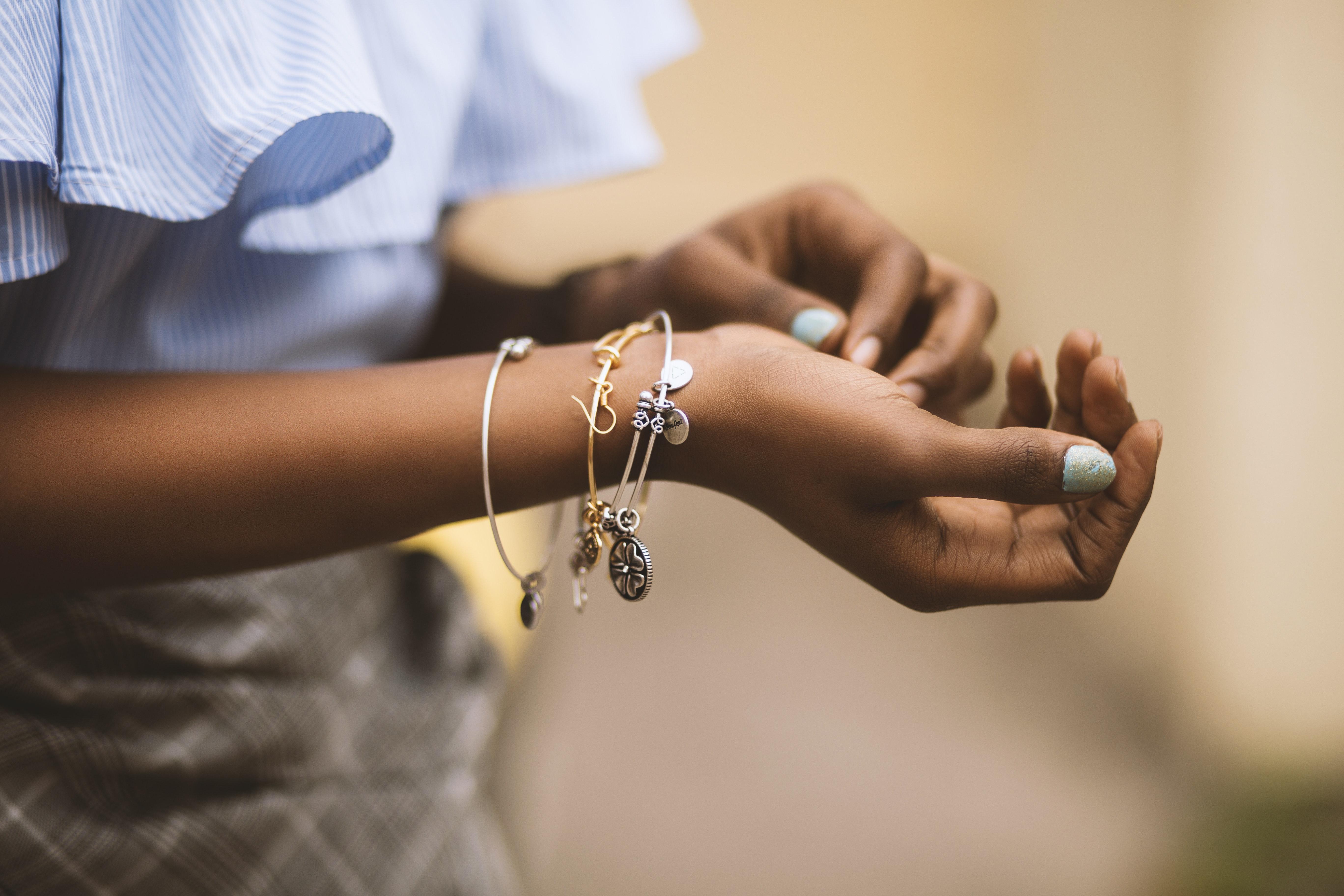 Odwiedź sklep z biżuterią i kup prezent na osiemnaste urodziny!